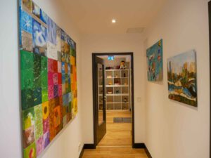 Beschäftiungstagesstätte: Flur innen mit selbstgemalten Bildern an den Wänden