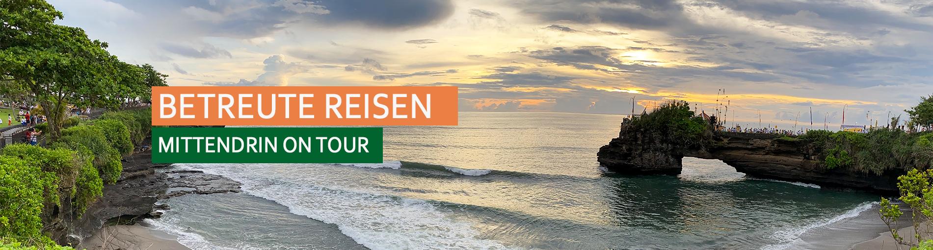 Headerbild Betreute Reisen - Strandpanorama mit Klippe rechts und Sonnenuntergang