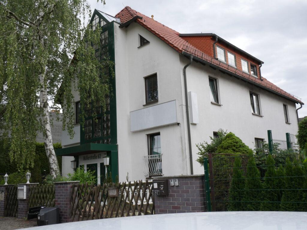 TWG Müllerstraße von außen. weißes Haus mit rotem Spitzdach