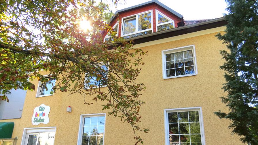 Therapeutische Wohngemeinschaften: Außenansicht TWG Treskowstraße. Haus mit gelber Fassade