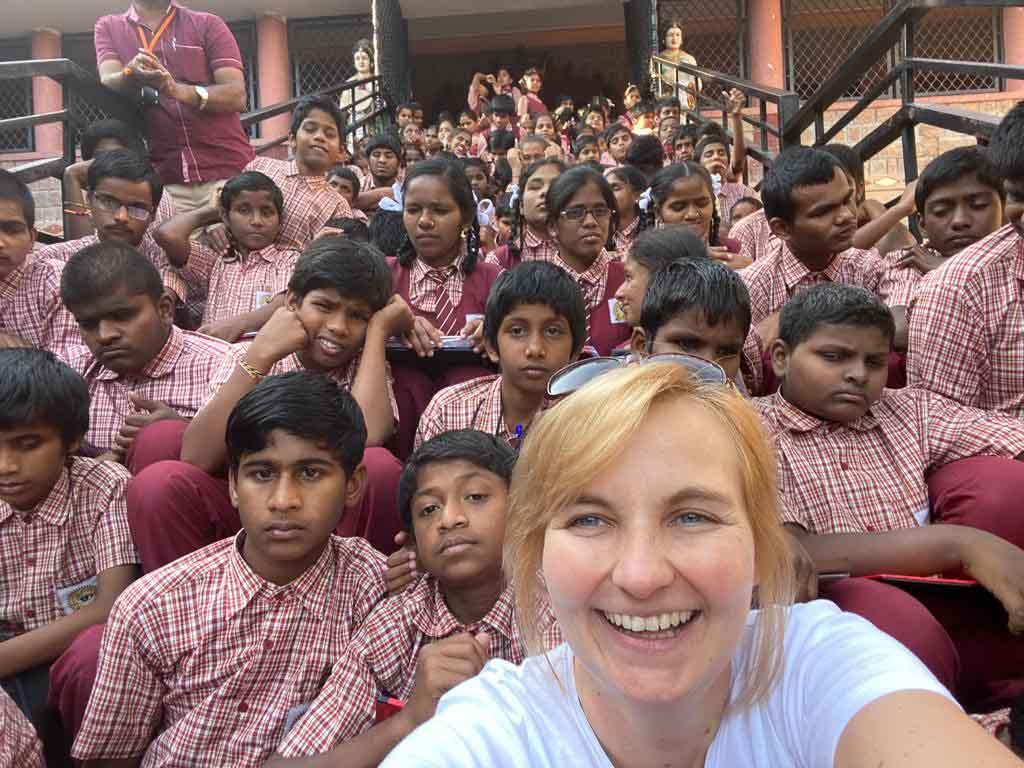 Internationale Hilfe Selfie von Ulrike Gobes mit vielen Schülern in weinroter Schuluniform