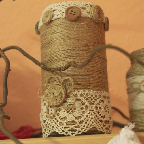 Nadelholz - ein Einwegglas eingewickelt in Naturfaden. Dann mit Spitze und Holzknöpfen dekoriert