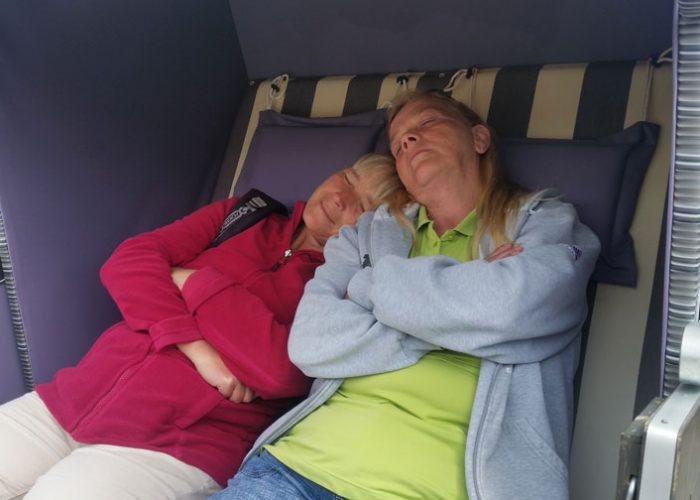 Zingst. 2 Frauen entspannen im Strandkorb